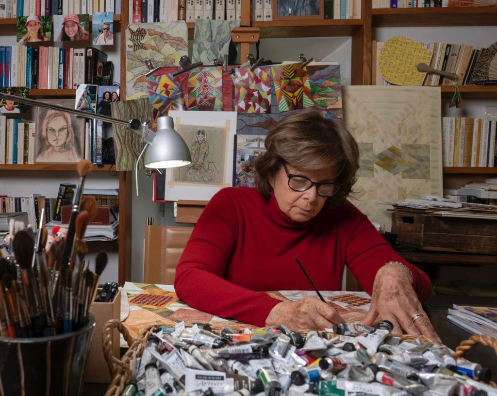 Michèle Belaiche en train de peindre